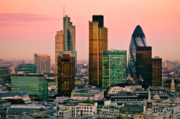 Bancile active in Marea Britanie incep sa-si mute personalul peste hotare