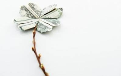 Cine are bani de economisit sa vina cu bunica la banca