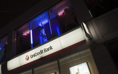 Striptease-ul merge mana in mana cu bankingul