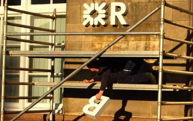 Criza creste numarul bancilor romanesti scoase la vanzare