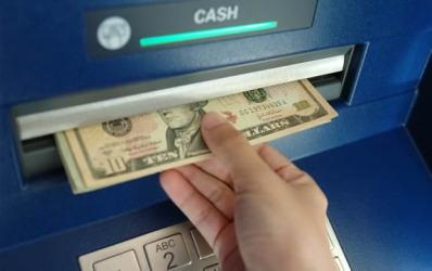 Bancherii recunosc: comisioanele de retragere numerar sunt foarte mari