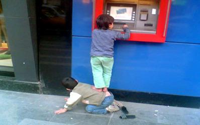 57% dintre romanii peste 15 ani folosesc produse bancare
