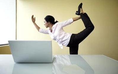 Cum se relaxeaza bancherii: isi impart pumni si picioare in cadru organizat!
