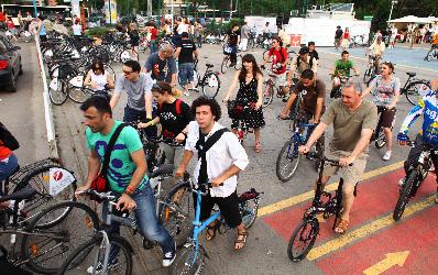 UniCredit Tiriac Bank impanzeste capitala de biciclete!